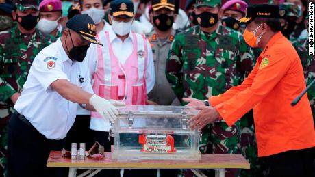 Chief of National Transportation Safety Committee Soerjanto Tjahjono, left, and Chief of National Search and Rescue Agency Bagus Puruhito with the retrieved flight data recorder on Tuesday.