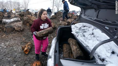 Sara Castillo loaded firewood into her car in Dallas on Wednesday.