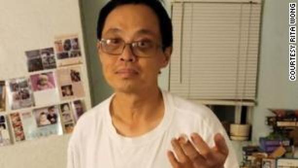 아시아계 미국인 남성이 부당한 공격으로 절단 된 손가락으로 고통받습니다.