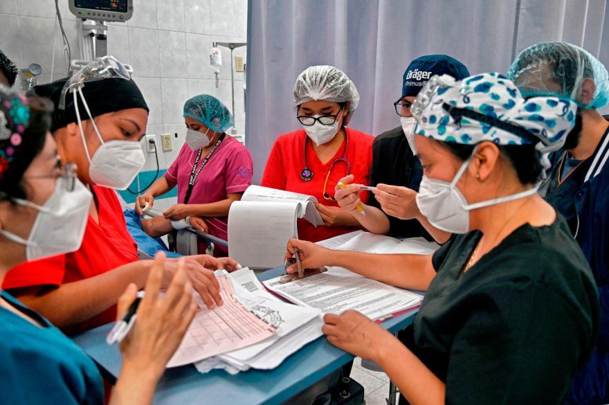 Cansancio, tristeza y ansiedad: efectos de la pandemia que dañan al personal de salud - CNN Video