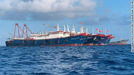 Sur cette photo fournie par le National Task Force-West Philippine Sea, des navires chinois sont amarrés à Whitsun Reef, mer de Chine méridionale, le 27 mars 2021.