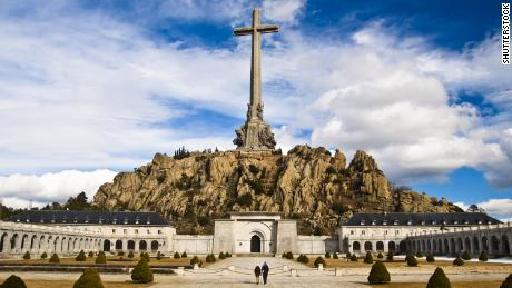 Spain plans to open tomb of 33,000 civil war victims