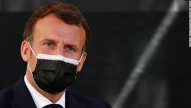 رجل يصفع الرئيس الفرنسي بالقلم وسط الجماهير