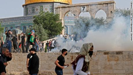 Palestinian protesters continued to clash with Israeli security forces Monday at Al Aqsa mosque ahead of an annual Jerusalem Day march, when Israeli nationalists mark the day the Israeli army took control of the Western Wall and the rest of East Jerusalem in 1967.