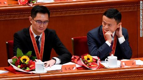 Il co-fondatore di Alibaba Jack Ma (a destra) esamina Tencent Holdings'  Il CEO Pony Ma durante un incontro celebrativo in occasione del 40° anniversario della