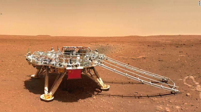 Il lander del rover mostra la bandiera della Cina.