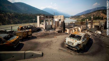 Am Freitag, 9. Juli 2021, werden in Lytton, British Columbia, verbrannte Autos und Gebäude gesehen.