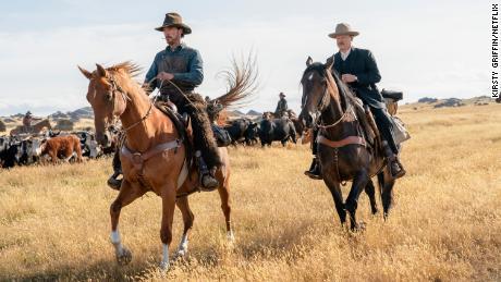 En & quot; El poder del perro & quot;  Benedict Cumberbatch (izquierda) interpreta a un vaquero cuya sexualidad reprimida informa su personalidad espinosa.