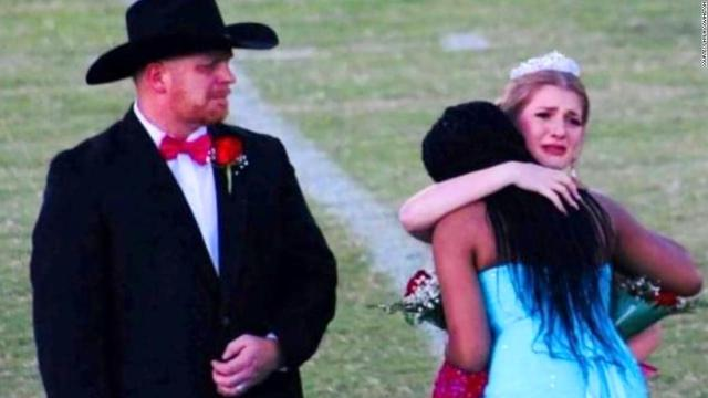 The homecoming queen gave away her crown to comfort a grieving family