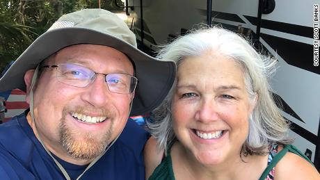 स्कॉट बैंक उम्मीद से पहले सेवानिवृत्त हुए और अपनी पत्नी के साथ आरवी में देश की यात्रा करने की योजना बना रहे हैं।