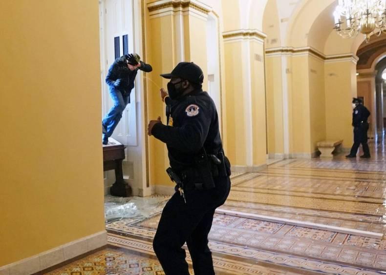 https://cdn.cnngreece.gr/media/news/2021/01/06/249606/photos/snapshot/kapitolio-23622129.jpg