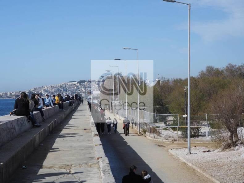 https://cdn.cnngreece.gr/media/news/2021/02/06/253476/photos/snapshot/athinaioi-savvato-floisvos-paralia-2.jpg