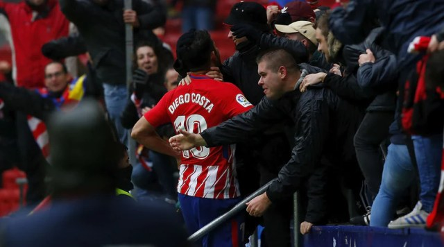 Diego Costa esulta tra i tifosi dell'Atletico Madrid al Wanda Metropolitano. Foto: Getty