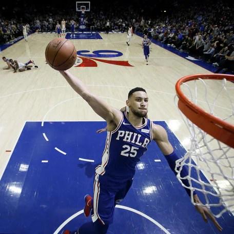 Simmons doma Dallas, Thompson scuote i Warriors