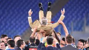 The party of Naples for the Italian Cup: De Laurentiis on the field, brought in triumph