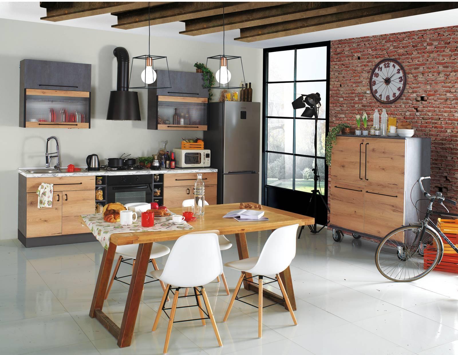 La cucina con il frigorifero freestanding. Un evergreen ...