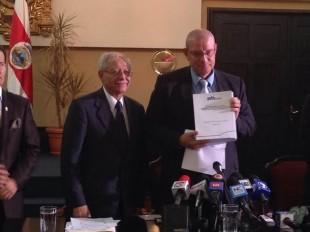 El ministro de Hacienda, Helio Fallas y el presidente del Congreso, Henry Mora.   CRH.