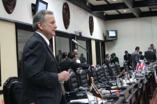 El diputado Ottón Solís  explicó que la ampliación de la ruta a Limón. CRH.