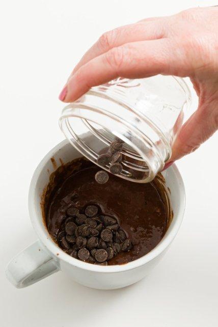 Agregar chips de chocolate a la taza