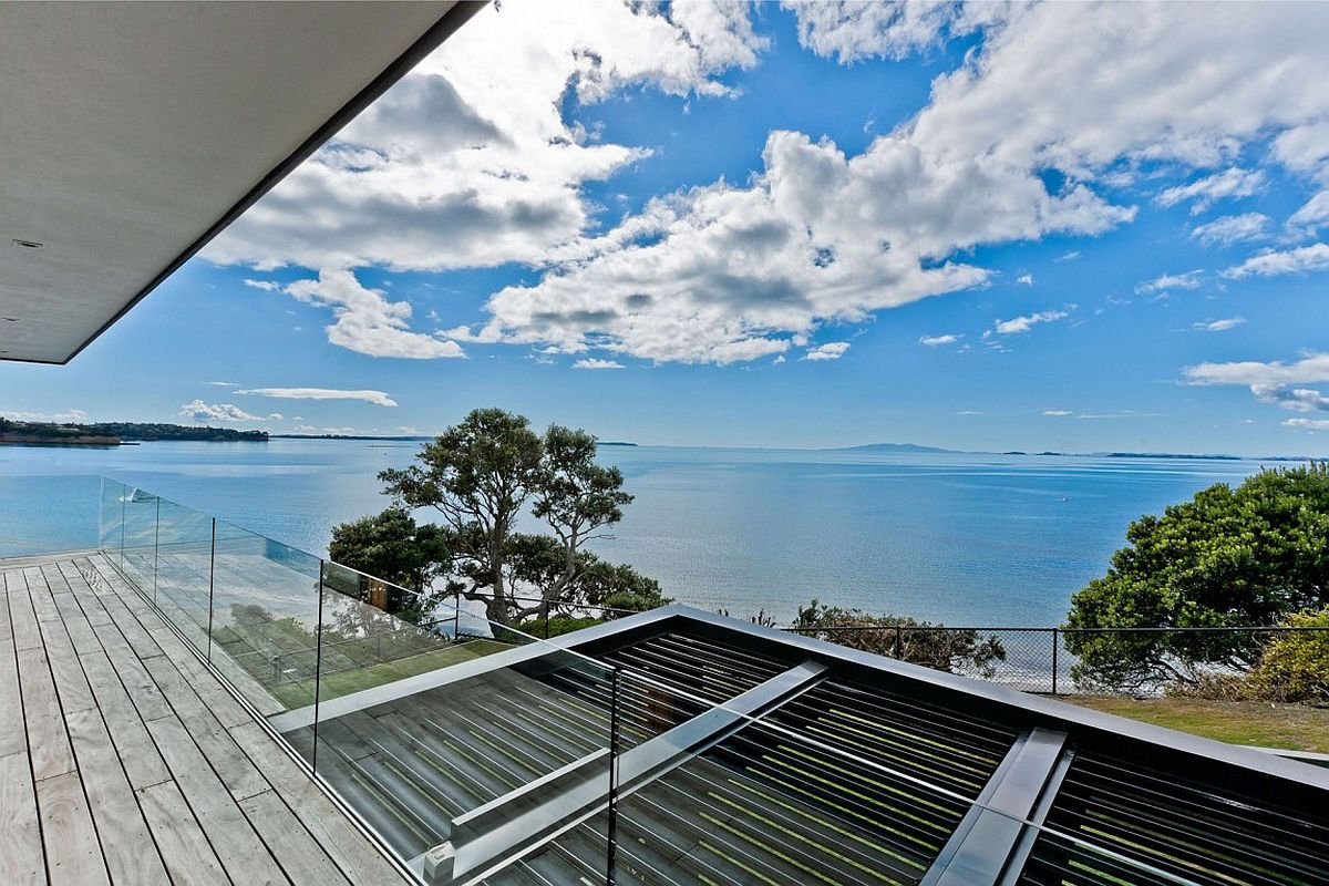 Cliff Top Residence In Auckland With Amazing Sea Views