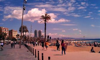 Barcellona Manifestazione Contro Turisti Spiaggia Occupata