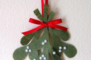 Make Your Own Felt Mistletoe Tutorial Feature