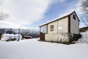 Revamped Norwegian Cabin Mesmerizes Fjord