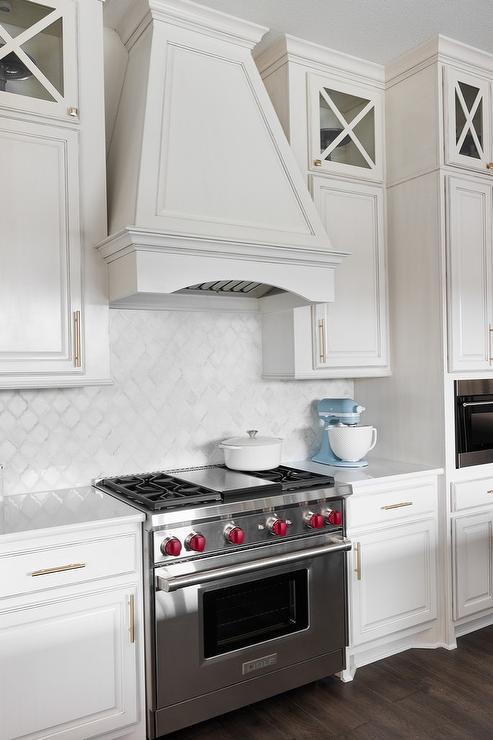 white kitchen with white arabesque