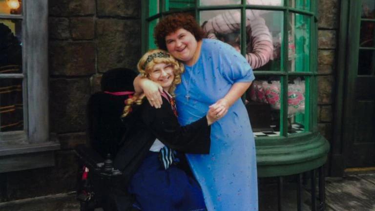 La terrible historia de una joven que asesinó a su madre por obligarla a usar silla de ruedas y fingir Cáncer