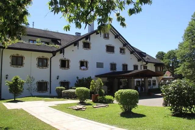 Cheguei um pouco antes, andei pelos jardins bem cuidados, fotografei a casa-hotel por fora e por uns instantes desembarquei em um país entre os Alpes