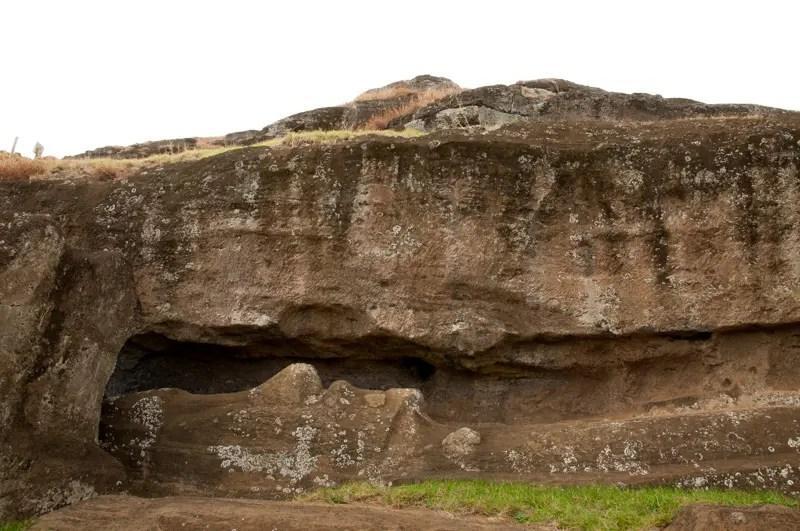 """""""Acreditamos que este moai ia sair daqui do canteiro e iria percorrer 20km na costa sul, para chegar a sua plataforma"""", afirma Roberto Rinco"""