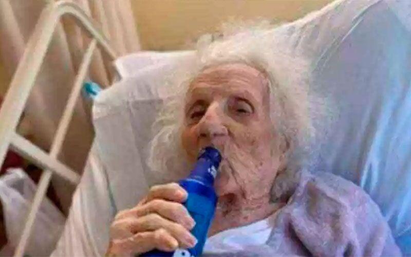 Mulher de 103 anos bebe uma 'gelada' para comemorar cura