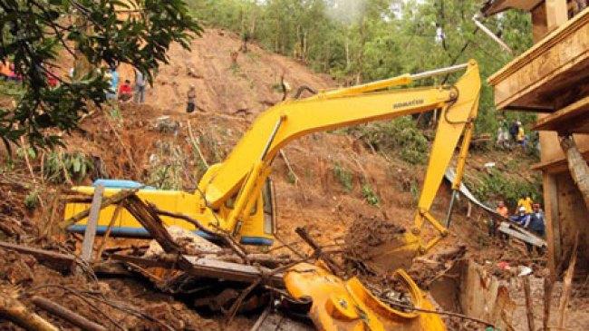 Manado, Akibat Longsor, Petugas Terjunkan Alat Berat