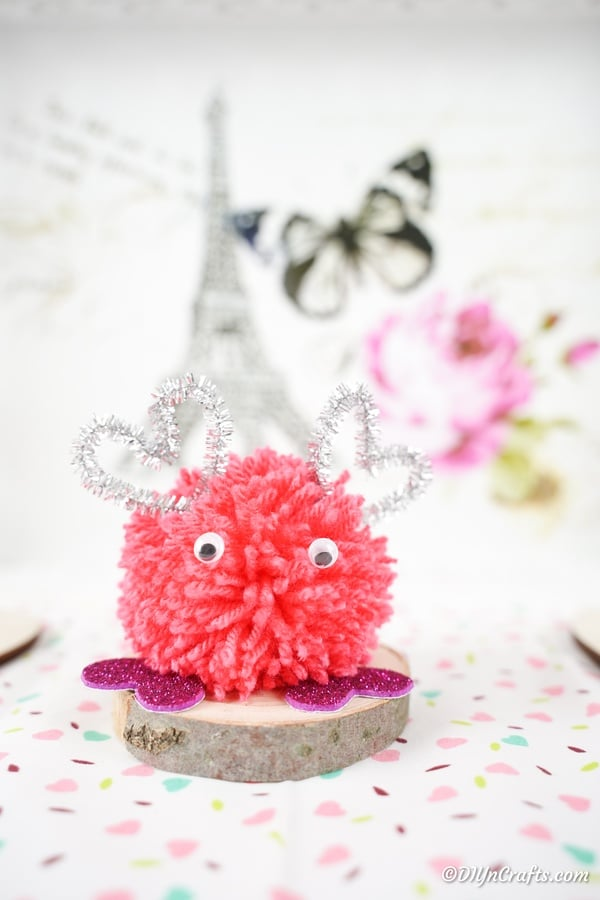 "Roze monster pom pom op wit oppervlak ""width ="" 600 ""height ="" 900 ""srcset ="" https://i2.wp.com/cdn.diyncrafts.com/wp-content/uploads/2020/01/Pom-Pom-Monster-19.jpg?w=777&ssl=1 600w, https://cdn.diyncrafts.com/wp-content/uploads/2020/01/Pom-Pom-Monster-19-200x300.jpg 200w ""sizes ="" (max-breedte: 600px) 100vw, 600px"