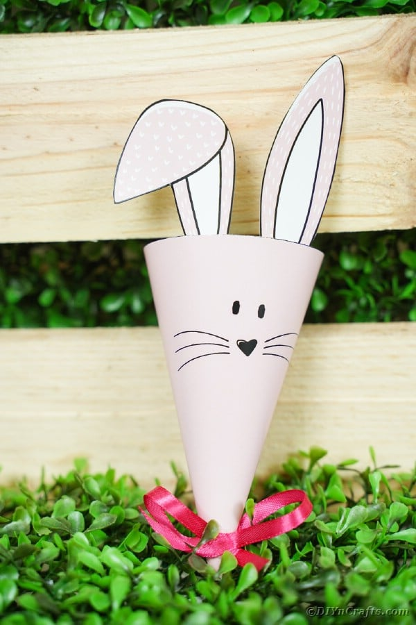 "Papieren konijnenkegel voor houten kist ""data-lazy-src ="" https://cdn.diyncrafts.com/wp-content/uploads/2020/02/bunny-candy-holder-DSC05461-150x150.jpg"