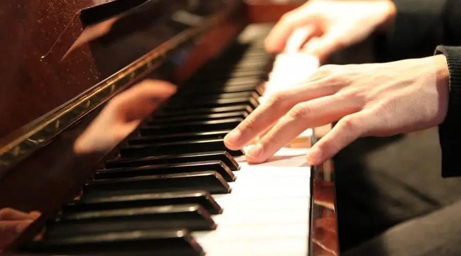 الغزف على البيانو