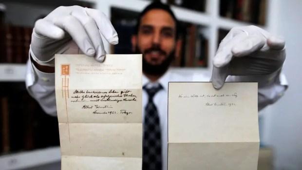 ملاحظتا (آينشتاين) الموقعتان باسمه اللتان سلمهما لفتى التوصيل في سنة 1922 بدل البقشيش.
