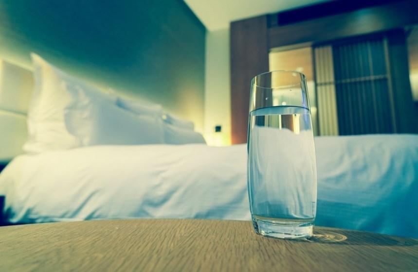 bicchiere d'acqua accanto al letto