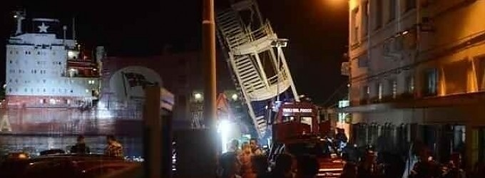 Genova, nave abbatte la torre del porto   - ft    -    vd   tre morti, una decina i dispersi   dir. tv     -     mappa