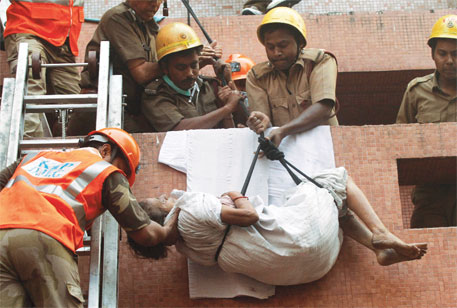 An ICU patient is evacuated from AMRI Hospital, Kolkata (Photo: Reuters)