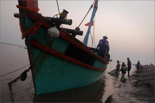 Fishermen fear losing their livelihood due to depleting fish stocks. Credit: Nevil Zaveri / Flickr