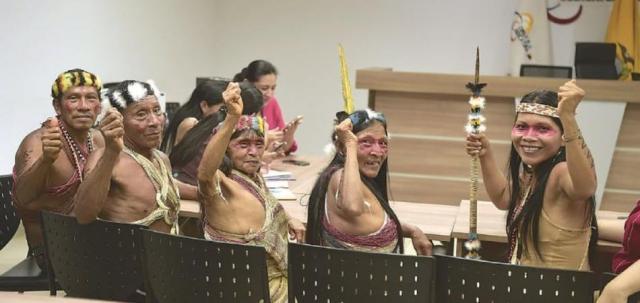 Przedstawiciele plemienia Huaorani w sądzie