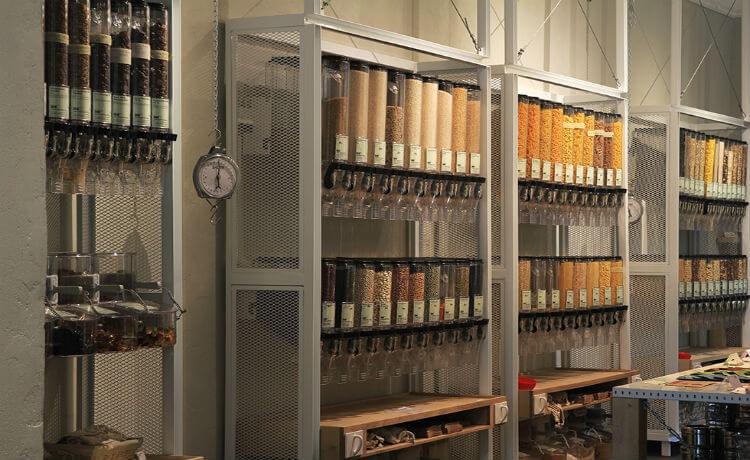 balança e produtos em mostra