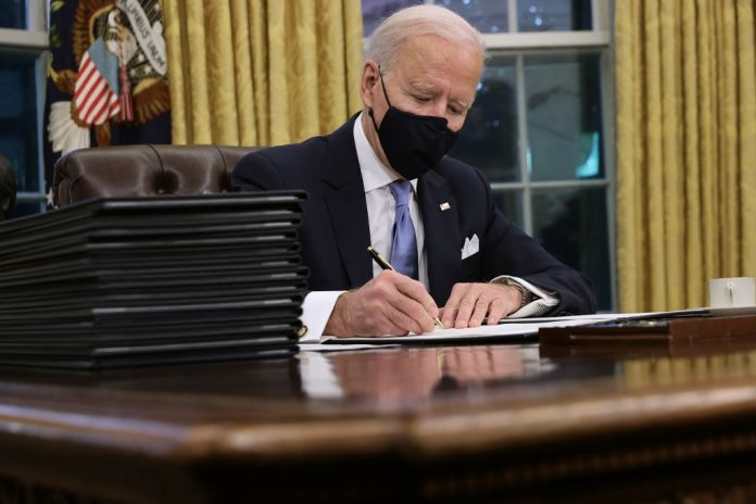 Biden firmó tres órdenes ejecutivas, Capitolio para revertir políticas migratorias de Trump
