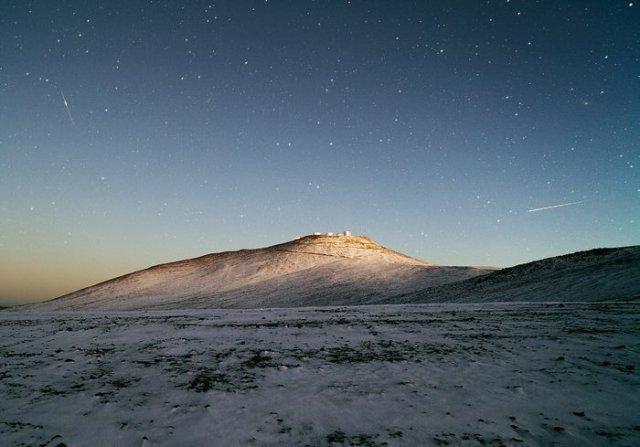 Cielo Oscuro y Desierto Blanco – La nieve hace una rara visita al Observatorio Paranal de ESO