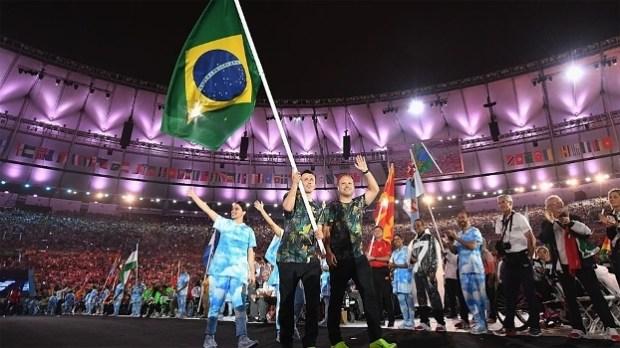 Ricardinho, do futebol de cinco, carregou bandeira do Brasil no encerramento da Rio 2016