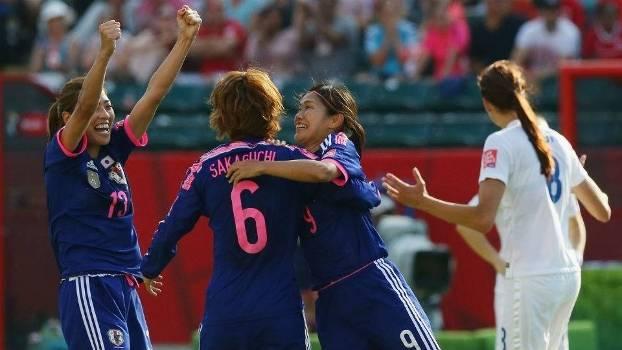 Japonesas comemoram o gol contra inglês que as classificou
