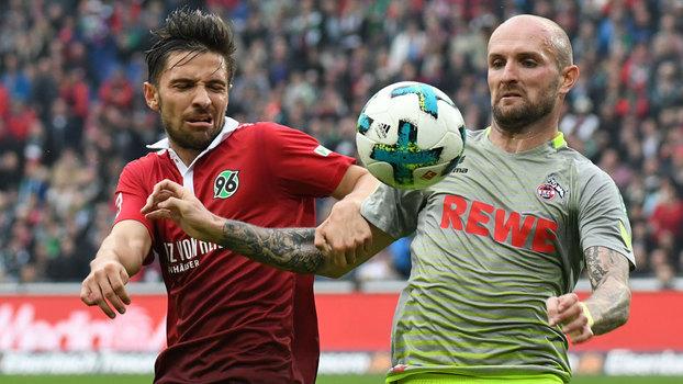 Korb disputa com Rausch durante empate entre Hannover 96 e Colônia