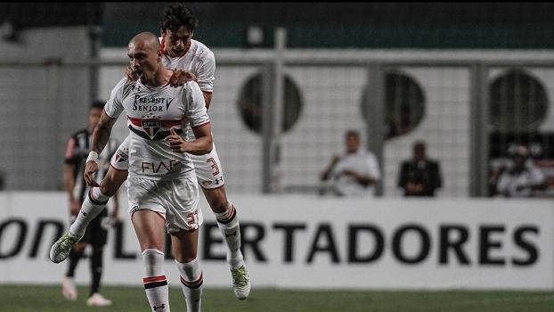 Maicon comemora gol