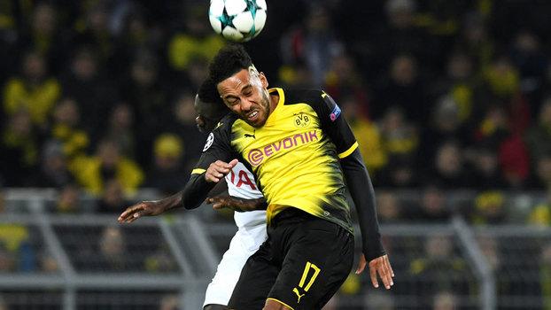 Aubameyang divide bola de cabeça com Sanchez, do Tottenham